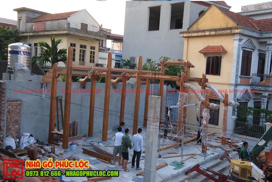 Bộ khung nhà gỗ dần được hoàn thiện